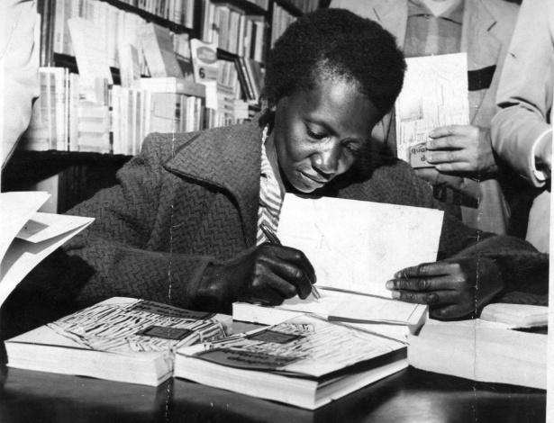 Carolina-de-Jesus.-A-escritora-durante-a-noite-de-autógrafos-do-livro-Quarto-de-Despejo-em-São-Paulo-1960.