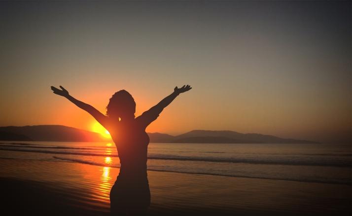 Imagem Grátis | Mulher Jovem na Praia ao Anoitecer - Vida e Vit